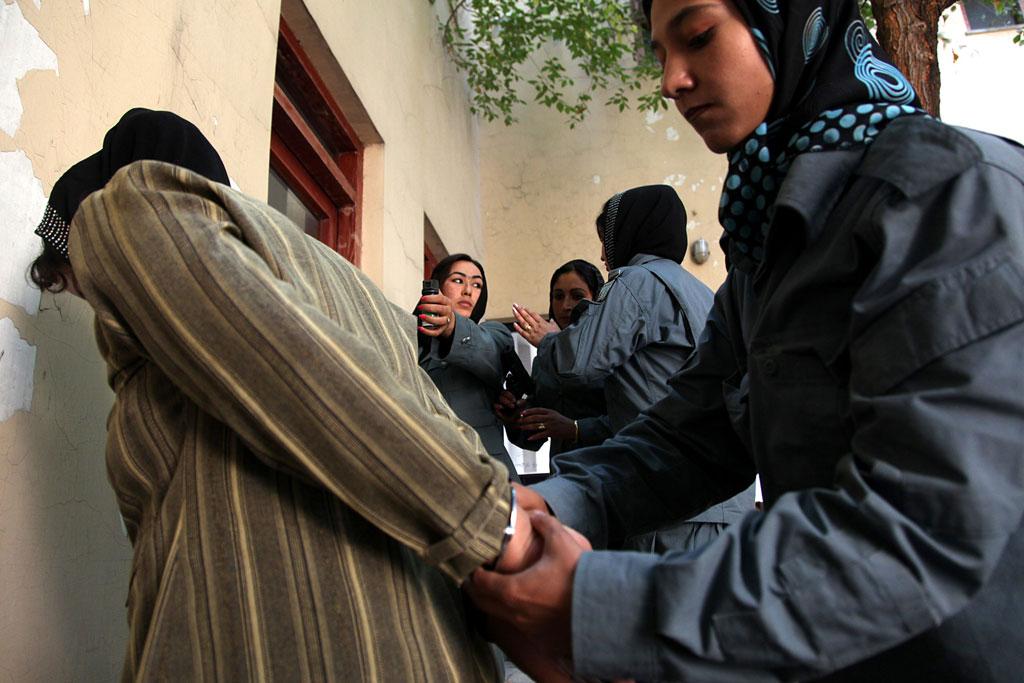 Женщины-члены афганской национальной полиции тренируются в полицейском учебном центре в Кабуле, в феврале 2013 года. Фото ООН