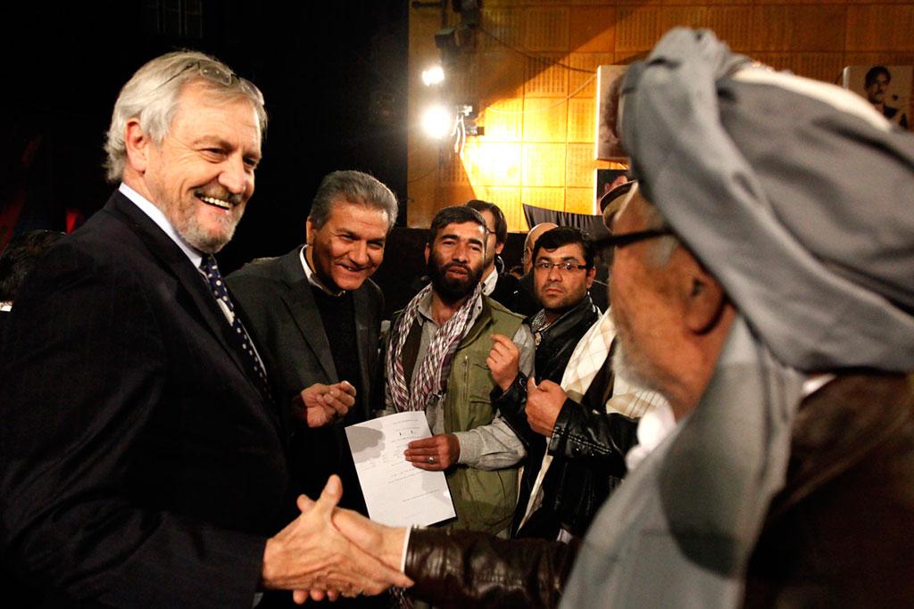 Посланник ООН Николас Хейсома приветствует зрителей во время трансляции дискуссии на государственном телевидении в декабре 2014 года, в которой он подчеркнул приверженность ООН поддерживать Афганистан. Фото ООН