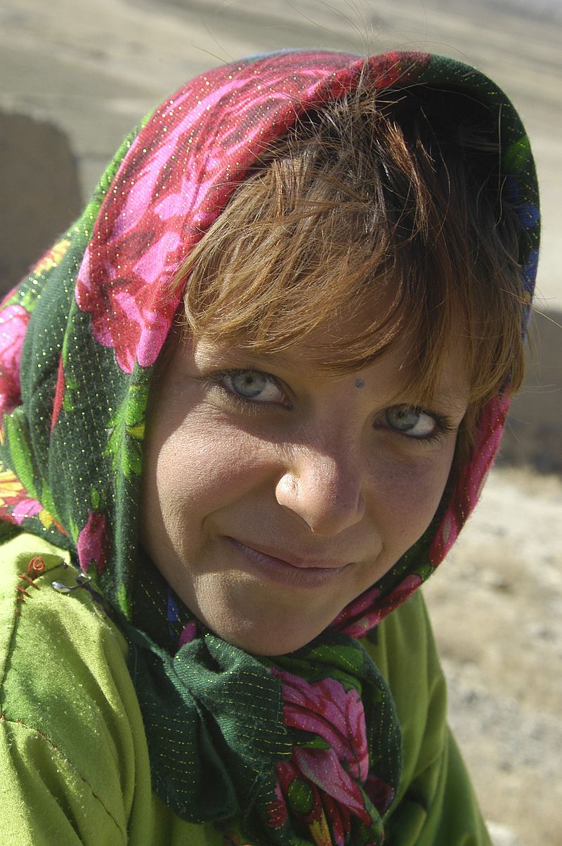 800px-Girl_in_a_Kabul_orphanage,_01-07-2002