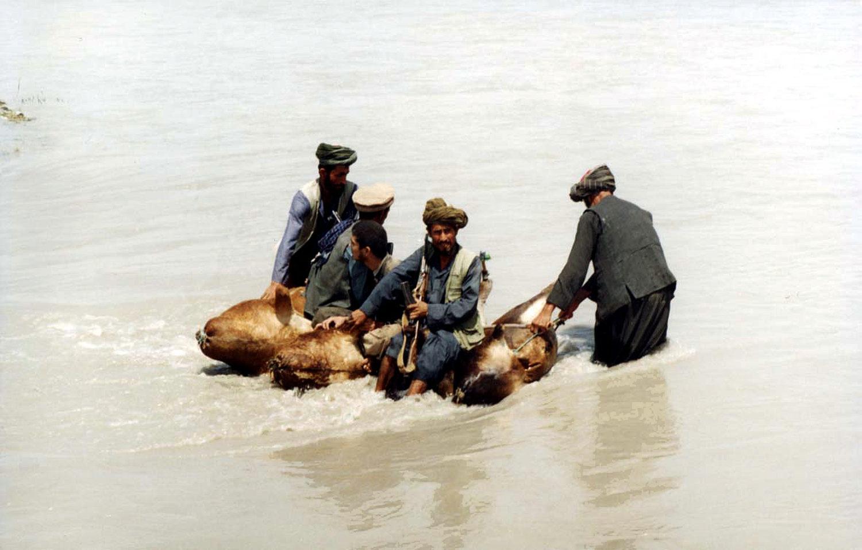 Переправа контрабандистов через таджикско-афганскую границу. Фото А.А. Князева, 2000 год, район Нижнего Пянджа