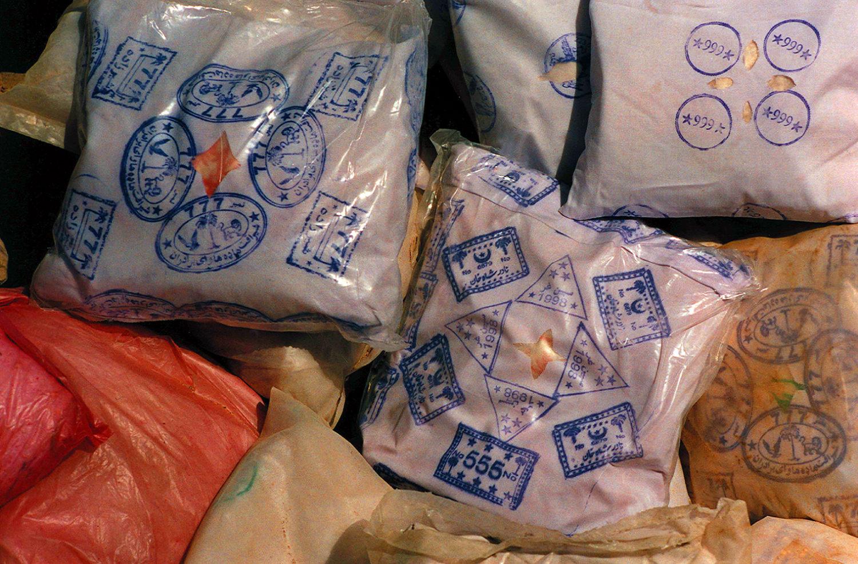 Пакеты с героином с маркировкой по сортам, конфискованные у контрабандистов пограничниками Исламского государства Афганистан. Провинция Тахар, август 1999 года. Фото А.А. Князева