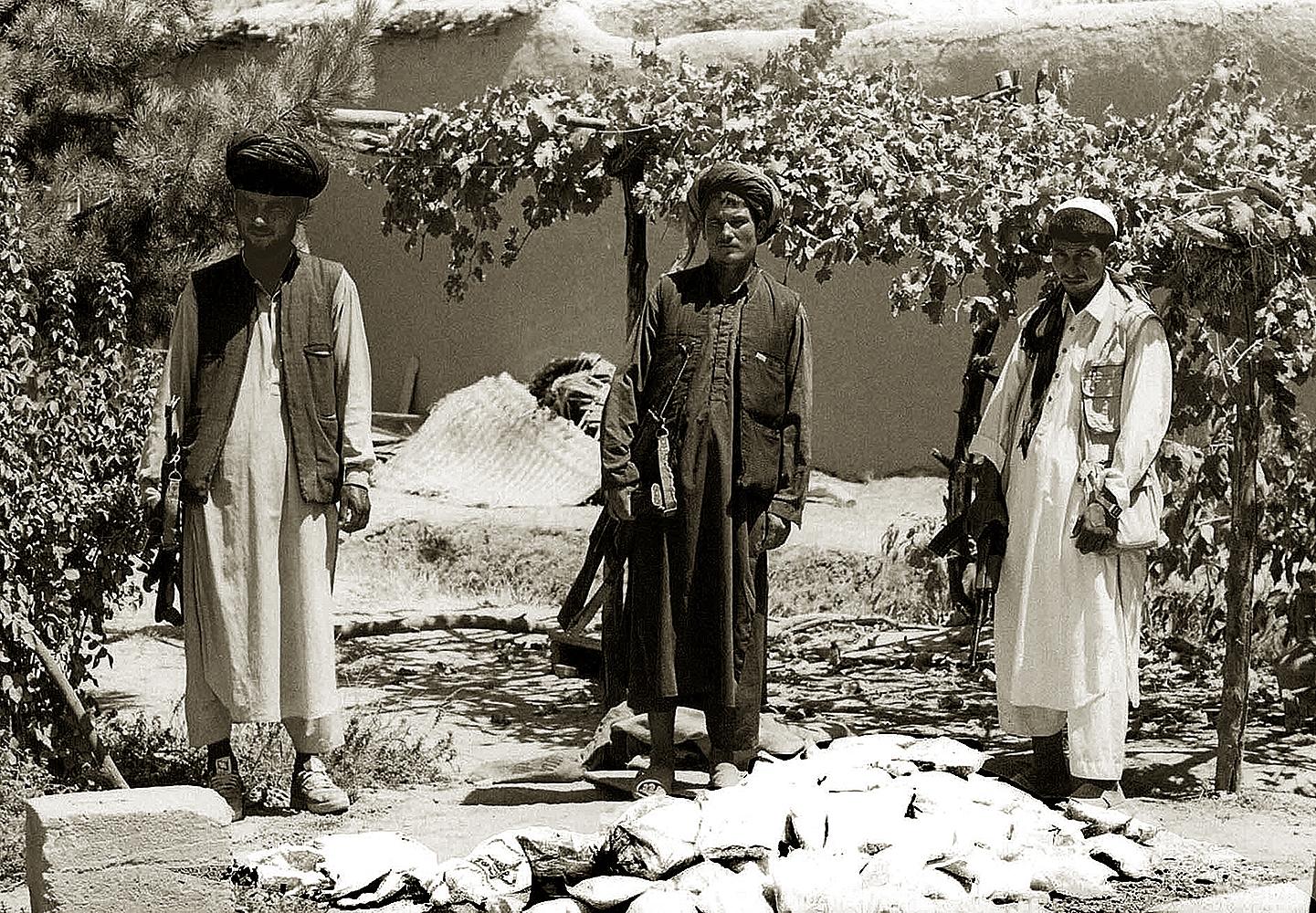 Пограничники Исламского государства Афганистан с конфискованным грузом героина. Провинция Тахар, август 1999 года. Фото А.А. Князева